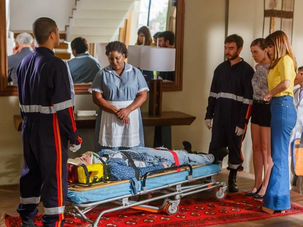 Médicos chegam para levar a moça ao hospital (Foto: Artur Meninea/Gshow)
