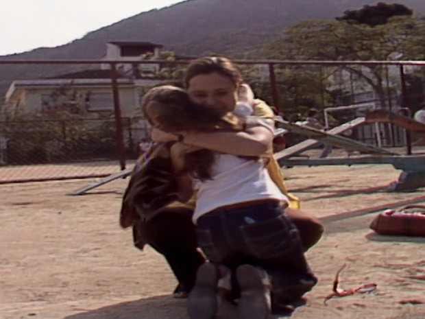 ngela reconhece Carina e elas se abraam emocionadas (Foto: Reproduo TV Globo)