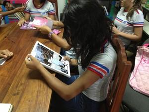Estudante em contato com a literatura amapaense (Foto: Flavia Dias/G1)