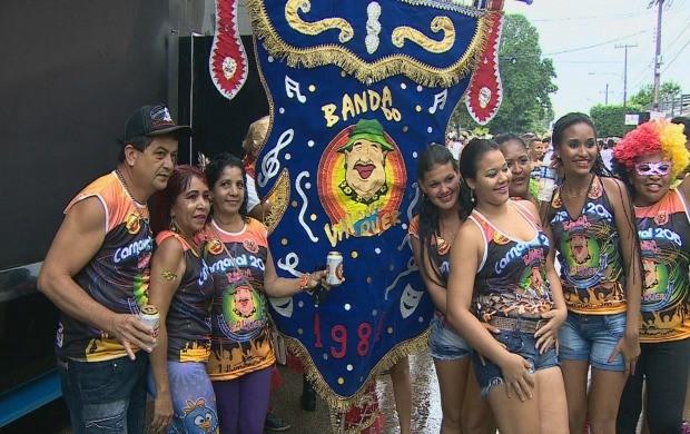Foliões com estandarte da 'Banda do Vai Quem Quer' (Foto: Rondônia TV)