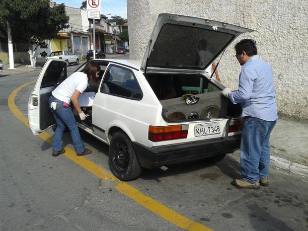 Polícia Científica vistoriou o carro em Ferraz de Vasconcelos (Foto: Douglas Pires/G1)