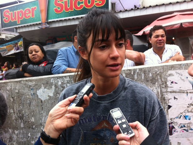 Atriz Thayla Ayala marcou presença no protesto contra o sumiço do pedreiro Amarildo de Souza (Foto: Cristiane Cardoso/G1)