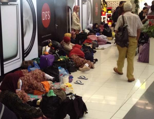 Passageiros dormem no aeroporto de Abu Dhabi a espera de informações sobre próximos voos (Foto: Josmar Verillo)