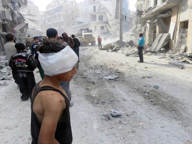 Menino fica ferido em ataques aéreos de quarta-feira (16) em Aleppo, na Síria (Foto: Thiqa News via AP)