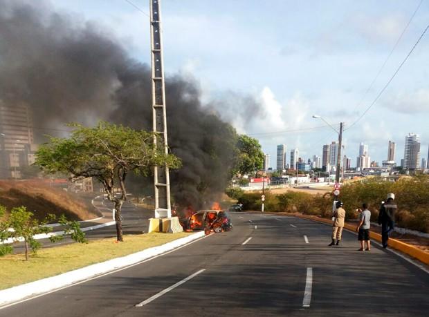 Bombeiros acreditam que motorista perdeu controle do veículo e bateu em mureta que protege poste (Foto: Marco Miralha/G1)