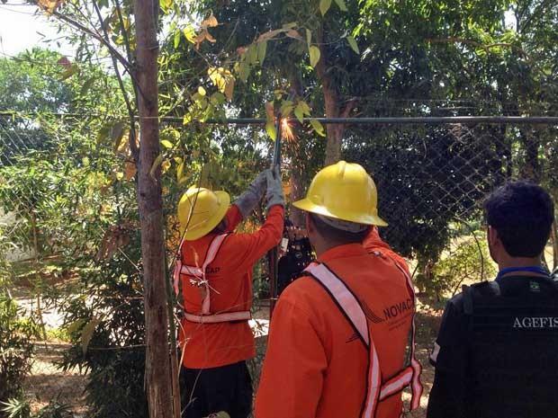 Bombeiros usam maçarico para derrubar cerca e liberar acesso ao maquinário na Lago do Paranoá, em Brasília (Foto: Gabriel Luiz/G1)