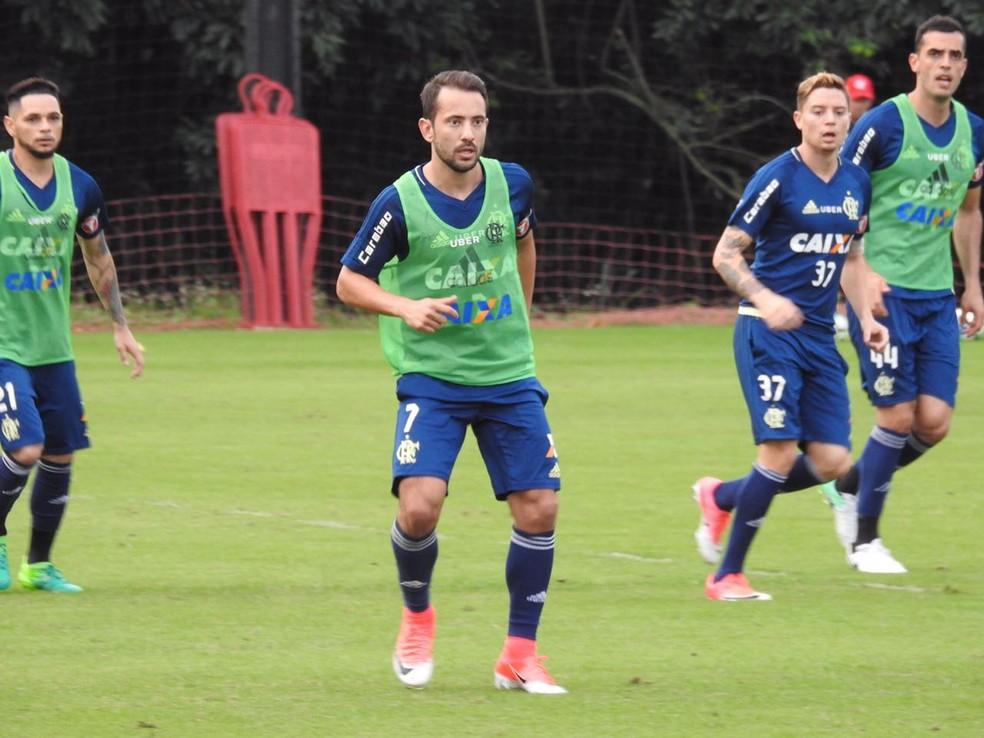 Éverton Ribeiro em ação durante treino do Flamengo (Foto: Fred Gomes/GloboEsporte.com)