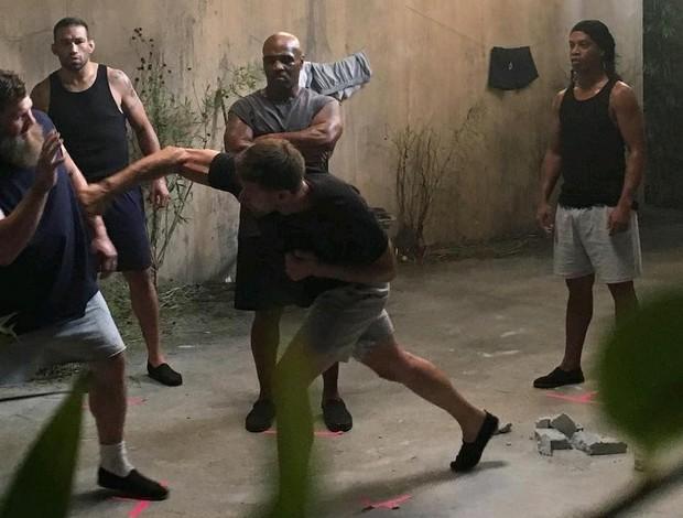 """BLOG: Cena do filme """"Kickboxer"""" reúne Werdum, Roy Nelson, Tyson e Ronaldinho Gaúcho"""