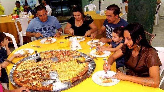Pizzaiolo ensina a fazer pizza gigante que rende até 50 fatias
