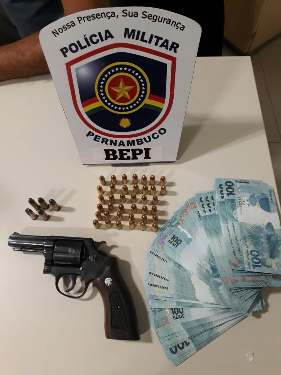 Arma e dinheiro foram apreendidos com o suspeito (Foto: Divulgação/Polícia Militar)