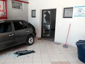 Janelas e veículos foram depredados (Foto: Bianca Celoto/TV Tem)