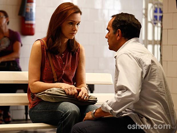 Virgílio tenta acalmar Helena antes que ela encontre a filha (Foto: Inácio Moraes / TV Globo)
