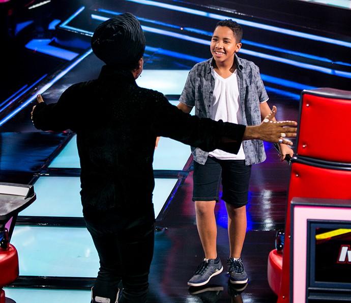 Carlinhos Brown aprova a voz e vira a cadeira para o participante (Foto: Isabella Pinheiro/ Gshow)