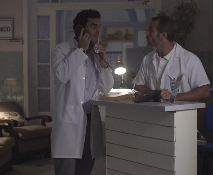 O médico consegue o telefone de Duca com a mãe de Nat (Foto: TV Globo)