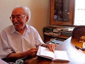 O poeta Manoel de Barros é retratado em sua residência em Campo Grande (MS), em foto de fevereiro de 2008 (Foto: Jonne Roriz/Estadão Conteúdo/Arquivo)