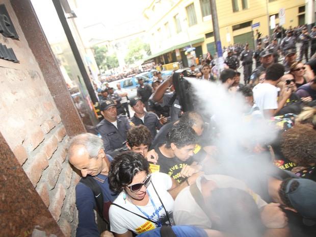 Policiais utilizam gás de pimenta contra professores em greve que participavam de protesto na entrada da Câmara de Vereadores do Rio de Janeiro, no centro da cidade, na tarde desta segunda-feira.  (Foto: Alexandro Auler/Estadão Conteúdo)