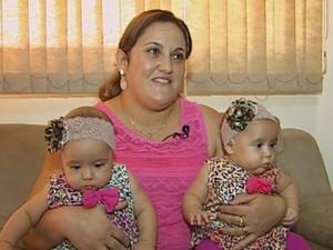 Patrícia deu à luz a duas meninas há cinco meses  (Foto: Reprodução / TV TEM)