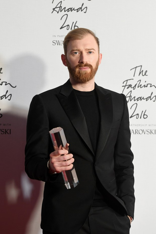 LONDON, ENGLAND - DECEMBER 05:  Demna CEO Guram Gvasalia poses in the winners room after winning the International RTW Designer Award at The Fashion Awards 2016 at Royal Albert Hall on December 5, 2016 in London, England.  (Photo by Stuart C. Wilson/Getty (Foto: Getty Images)
