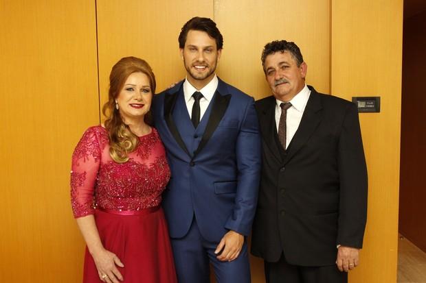 Eliéser com os pais, Maria Aparecida e Valdir (Foto: Celso Tavares/EGO)