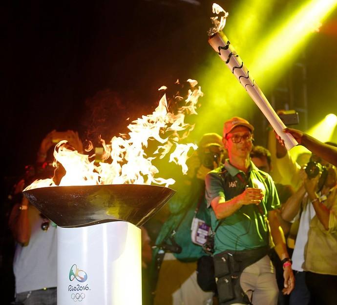 Tocha olímpica salvador thiaguinho cantor (Foto: Rio 2016/Marcos de Paula)