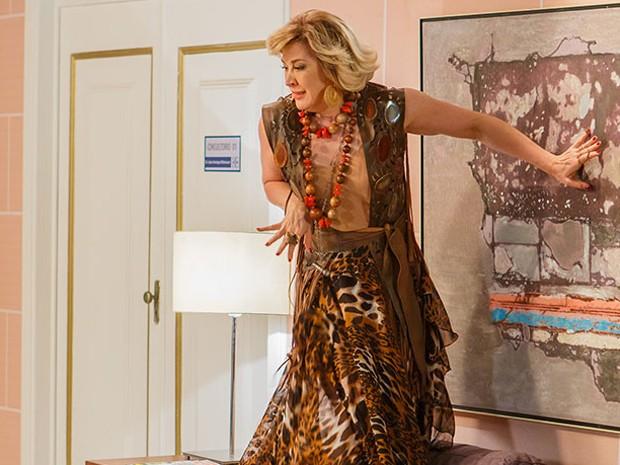 Samantha fica apavorada com sapo em consultório de Marcos (Foto: Artur Meninea/Gshow)