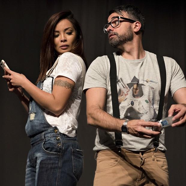 Carol Nakamura e Márcio Kieling em cena de 'Até que a internet nos separe' (Foto: Letícia Miller)