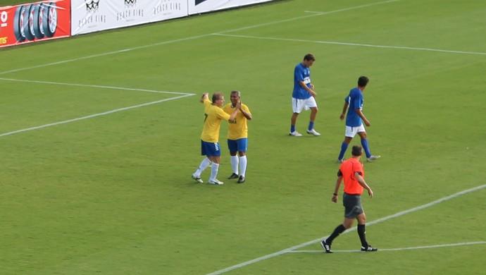 Túlio Maravilha e Romário comemoram gol em jogo beneficente em Goiânia (Foto: Fernando Vasconcelos / GloboEsporte.com)
