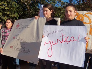 Manifestantes pedem justiça após assassinato de idoso (Foto: Felipe Zavarize/RBS TV)