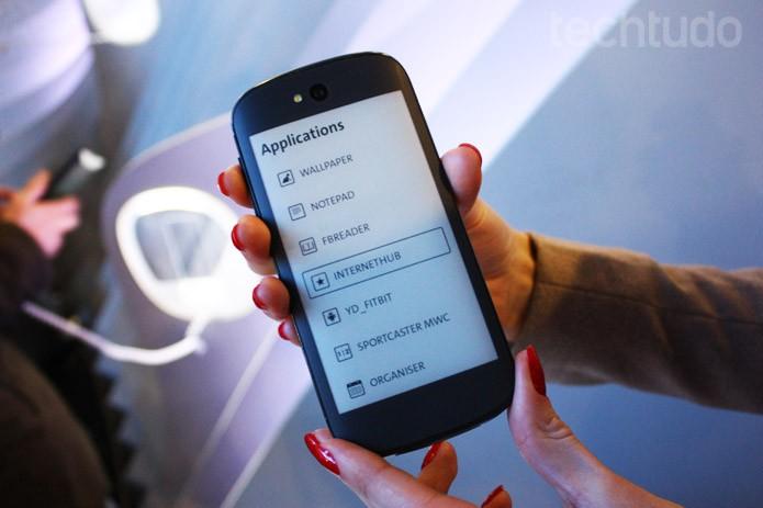 Tela traseira E-ink da nova geração do YotaPhone (Foto: Allan Mello/TechTudo)