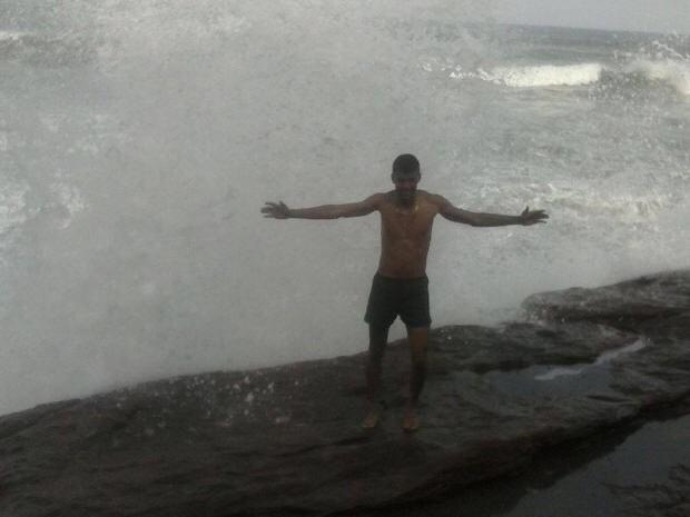 Jovem caiu no mar após tirar fotos em ponto turístico (Foto: Arquivo Pessoal / Marcus Longo)