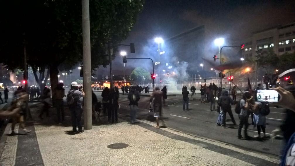 Guardas municipais e mascarados entram em confronto (Foto: Carlos Brito/G1)