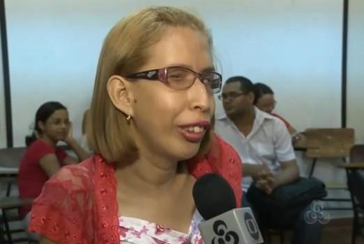 Lidiane foi aprovada com nota máxima na apresentação de sua monografia (Foto: Amazônia TV)