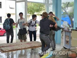 Meg coloca todos pra fora do salão (Foto: Malhação / TV Globo)