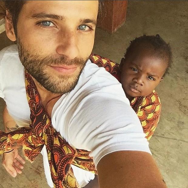 Gagliasso e Títi no Malawi, país africano onde a garotinha nasceu (Foto: Reprodução/Instagram)