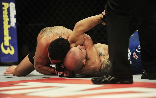 Renan Barão finaliza Gagnon no UFC Barueri (Foto: Marcos Ribolli)