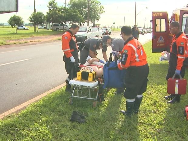 Motociclista de 20 anos foi socorrido e levado à UBDS Quintino Facci II (Foto: Paulo Souza/EPTV)