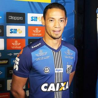 Ricardo Oliveira com o novo uniforme 3 do Santos (Foto: Pedro Ernesto Guerra Azevedo/Santos FC)