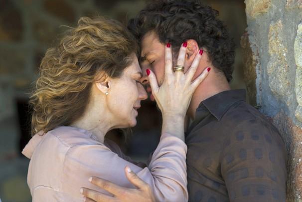 Isabel (Patrícia Pillar) e Leandro (Cauã Reymond) vivem paixão proibida e vão sofrer por isso (Foto: Estevam Avellar/Globo)