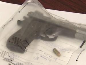 Arma foi encontrada dentro do carro que disputou suposto racha (Foto: G1)