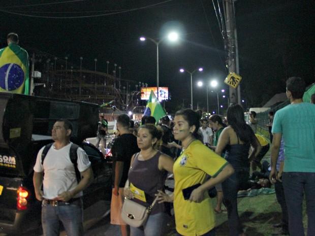 Manifestantes encerraram a passeata contra Dilma cantando o hino nacional do Brasil, em frente à Assembleia Legislativa (Foto: Gabriel Machado/G1 AM)