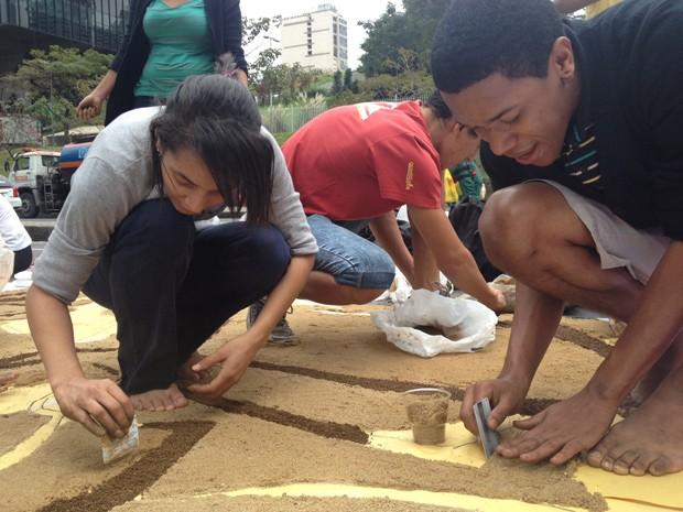 Jovens se unem para montar tapete de sal no Rio (Foto: Cristiane Cardoso/G1)