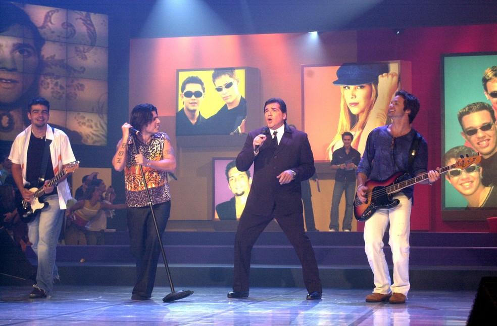 Em 28/11/2002, no 'Jovens Tardes', Jerry Adriani e a banda LS Jack (Foto: TV Globo/Gianne Carvalho)