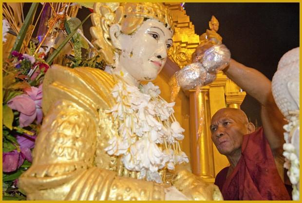 Ao redor da cúpola de Shwedagon existem inúmeras estátuas sagradas, cada uma reservada para um dia da semana. Fiéis budistas banham estas figuras com água (Foto: Haroldo Castro/ÉPOCA)