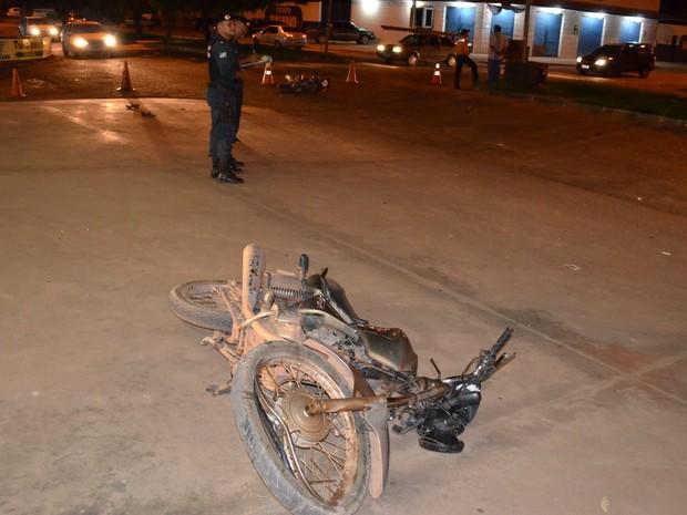 Motocicletas se chocaram; uma delas ficou caída longe do local da batida (Foto: Marcelo Marques/ G1 RR)
