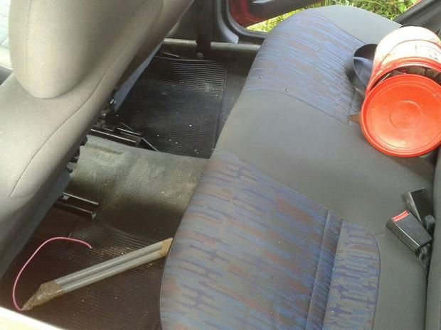 Dentro do carro abandonado a polícia achou explosivos e grampos (Foto: Divulgação/PMPB)