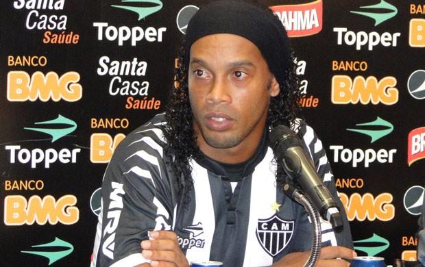 Ronaldinho Gaúcho veste a camisa do Atlético-MG (Foto: Fernando Martins / Globoesporte.com)