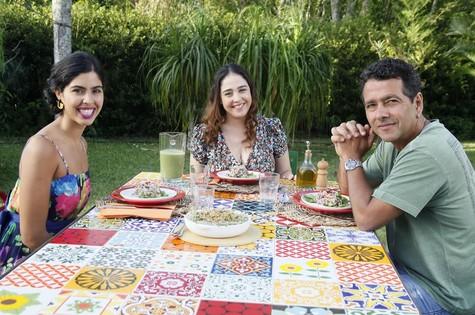 Bela Gil recebe Débora Lamm e Marcos Palmeira (Foto: Divulgação)