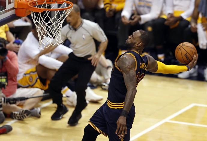 LeBron James voa para a enterrada na reação contra o Indiana Pacers (Foto: Reuters)