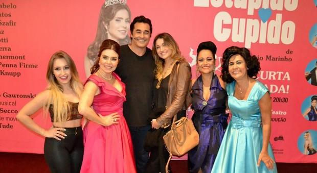 Sasha prestigia peça que tem o pai, Luciano Szafir, no elenco (Foto: Webert Belicio/Brazil News)