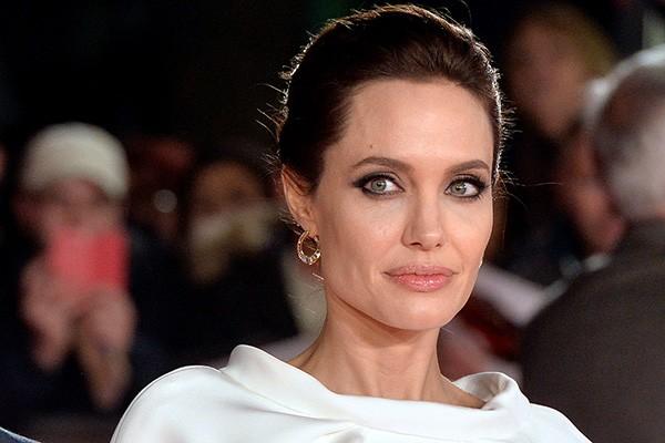 Angelina Jolie contou à revista 'OK!' que perdeu a virgindade aos 14 anos com seu namorado da época. (Foto: Getty Images)